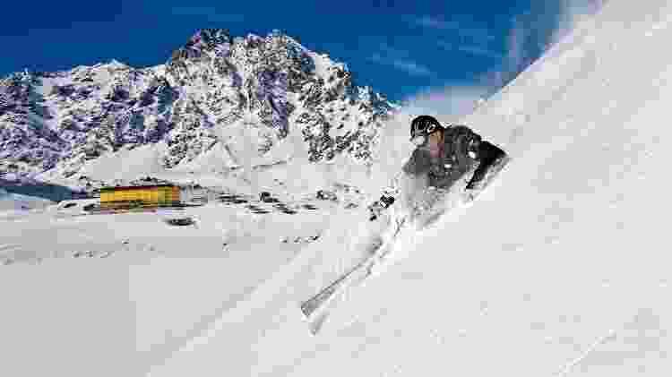 Chile: No Ski Portillo (www.skiportillo.com) o pacote de sete noites de hospedagem no sistema all inclusive inclui esqui e acesso ilimitado aos teleféricos. Custa a partir de U$ 7.180 para o casal. De 6 a 13 de julho. Reservas: + (56 2) 2263 0606. - Divulgação - Divulgação