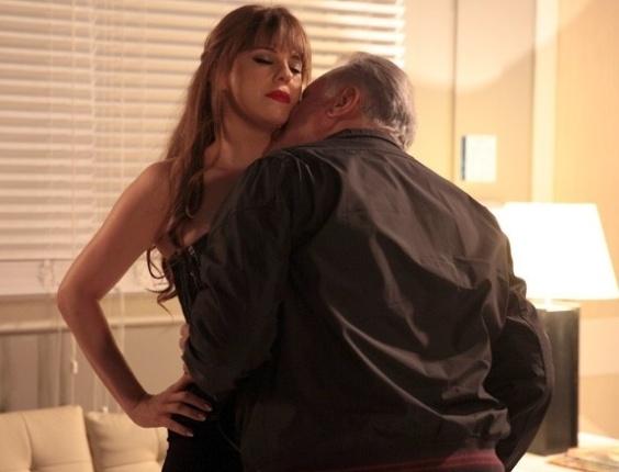 """Em """"Amor à Vida"""", Edith relembra de quando era garota de programa e fez acordo com César"""