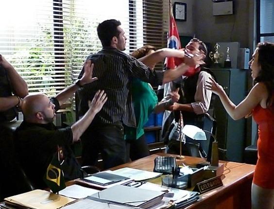"""Em """"Amor à Vida"""", Márcia enfia as unhas no delegado para defender filha"""