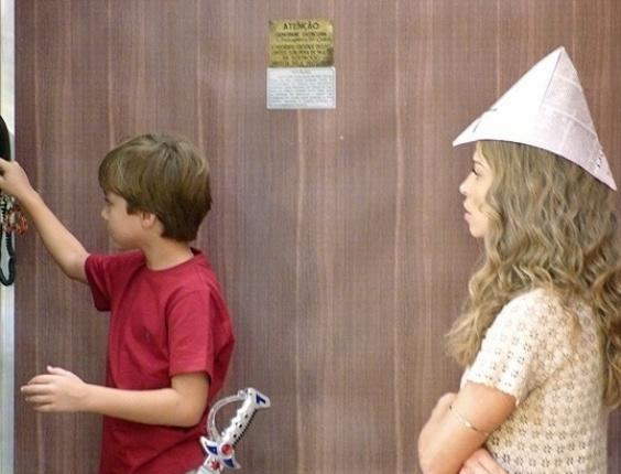 """Em """"Flor do Caribe"""", Ester encontra acesso secreto no elevador da mansão"""