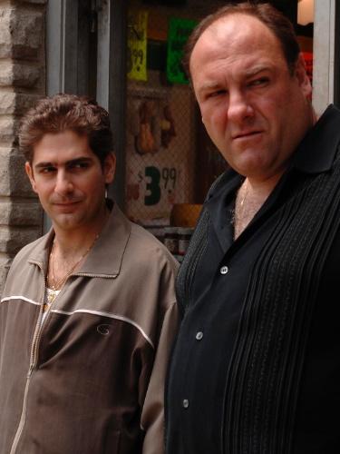 """James Gandolfini (como Tony Soprano) e Michael Imperioli (como Christopher Moltisanti) em cena da série """"Os Sopranos"""""""