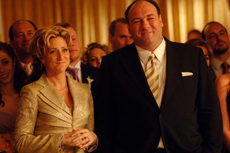 """James Gandolfini, como Tony Soprano, em cena com Edie Falco, que interpretava a mulher do mafioso, Carmela, em cena da série """"Família Soprano"""""""