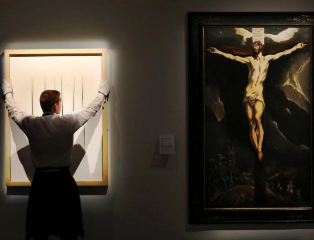 """""""Cristo na cruz"""" (direita) é uma das obras de El Greco que nunca foram leiloadas - Luke MacGregor/Reuters"""