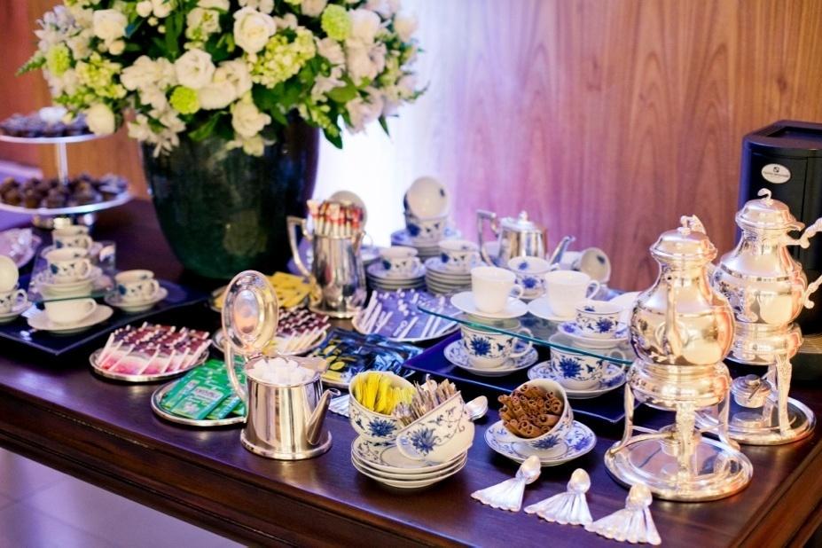 Mesa de chás harmonizada com bolinho de ameixa, chás importados, torrões de açúcar e bolinhos no palito; do Buffet Nani Bernardo (www.nanibernardo.com.br)