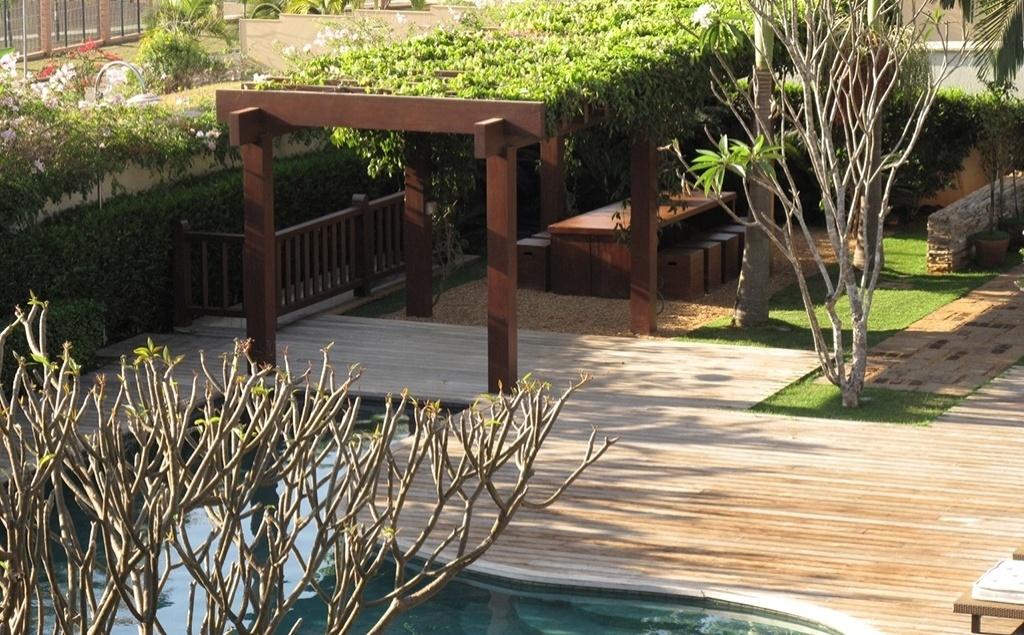 Para essa residência em Goiânia (GO), o paisagista Gilberto Elkis projetou um jardim de características tropicais. O pergolado de madeira foi construído junto à piscina para dar mais privacidade e inibir a luz direta do sol sobre a mesa de refeições