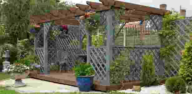 Pergolados e caramanchões deixam as áreas externas mais frescas, quando combinados a plantas - Getty Images