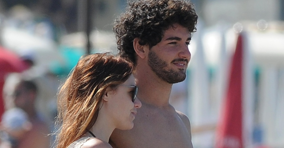 12.jun.2013 - O jogador Alexandre Pato e a empresária Barbara Berlusconi namoram em praia da Sardenha. O casal está junto desde março de 2011