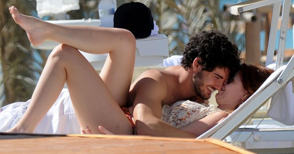 12.jun.2013 - O jogador Alexandre Pato e Barbara Berlusconi namoram em praia da Sardenha. O casal está junto desde março de 2011
