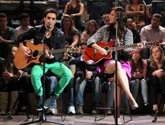 20.jun.2013 - Fiuk e Sophia Abrahão cantam juntos no