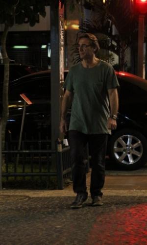 20.jun.2013 - Herson Capri passeia de noite no Leblon, Rio de Janeiro