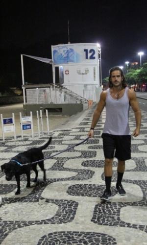 20.jun.2013 - Marcos Pitombo dá uma volta com seu cachorro na orla do Leblon
