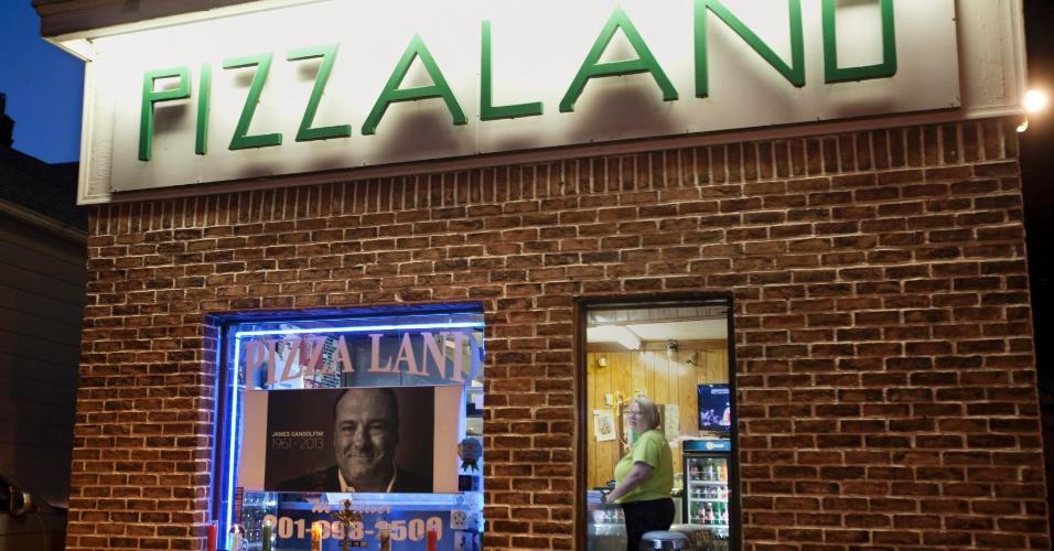 """20.jun.2013 - Pizzaria Pizza Land, em Nova Jersey, monta altar em homenagem ao ator James Gandolfini, que morreu aos 51 anos. A pizzaria apareceu algumas como cenário da série """"Família Soprano"""", protagonizada por Gandolfini entre 1999 e 2007"""