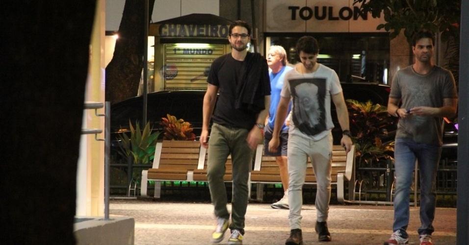 20.jun.2013 - Sergio Marone anda com amigos no Leblon, Rio de Janeiro
