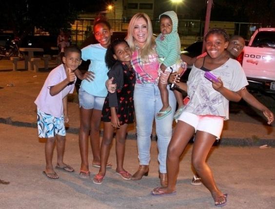 """20.jun.2013 - Susana Vieira, a Pilar de """"Amor À Vida"""", tira foto com crianças na porta da festa junina da trama das nove no Rio"""