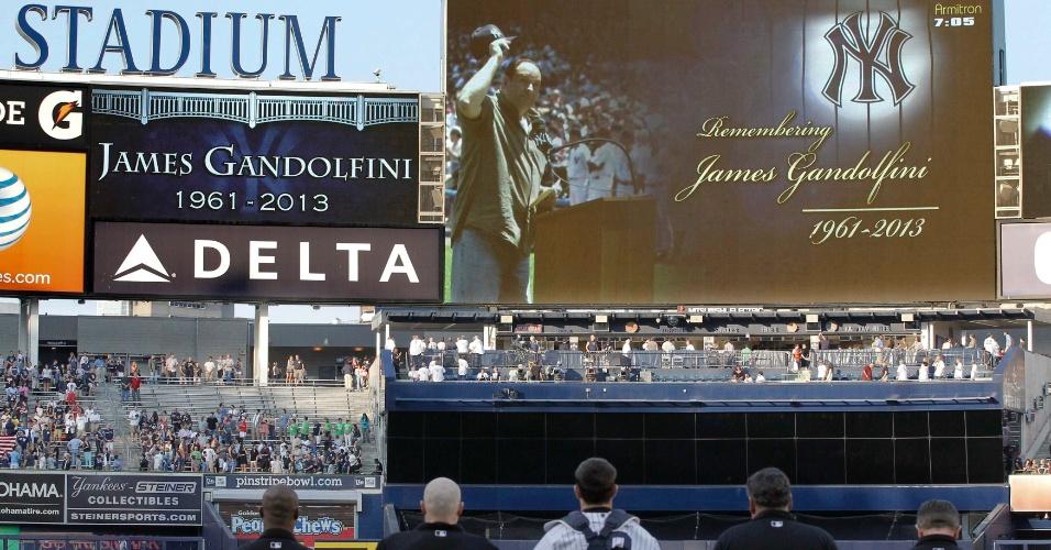 20.jun.2013 - Time de baseball New York Yankees faz um minuto de silêncio em homenagem ao ator James Gandolfini em seu estádio em Nova York antes de partida contra o Tampa Bay Rays. Gandolfini morreu aos 51 anos, vítima de ataque cardíaco