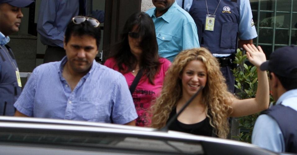 21.jun.2013 - A cantora Shakira é fotografada saindo do consulado dos Estados Unidos no Centro do Rio de Janeiro. Na tarde de quinta-feira (20), ela também visitou o consulado americano, mas na unidade de Botafogo. Shakira desembarcou no Rio com o filho Milan, e veio acompanhar o namorado, o jogador da seleção espanhola Gerard Piqué