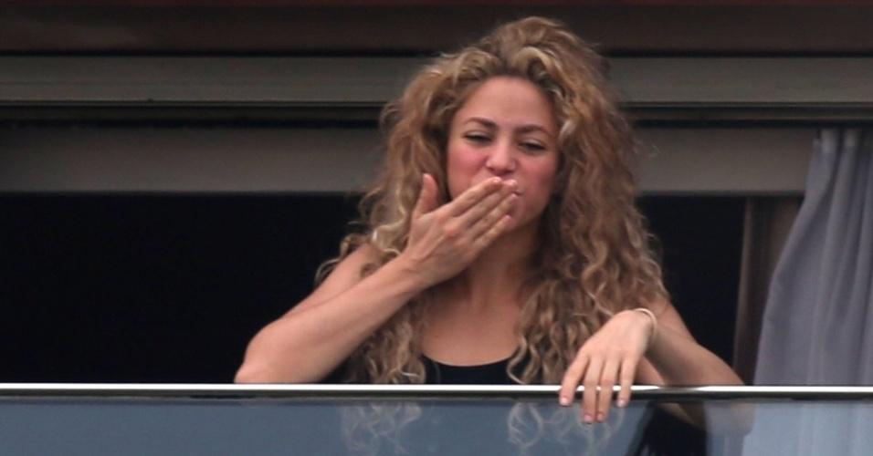 21.jun.2013 - A cantora Shakira manda beijo para os fãs da sacada do hotel Fasano, em Ipanema, no Rio de Janeiro