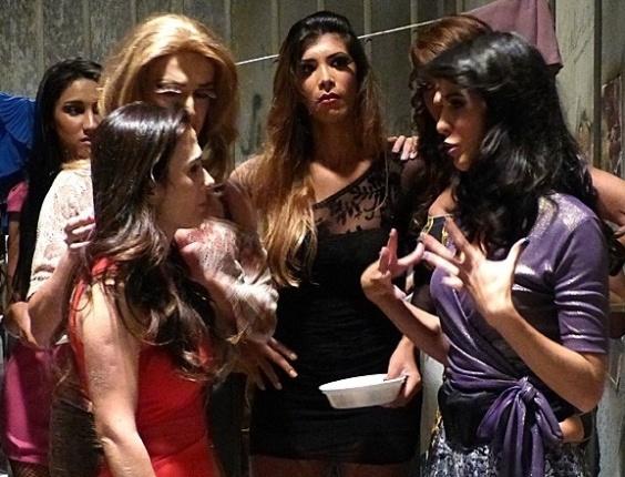 """Em """"Amor à Vida"""", Valdirene discute com travesti na cadeia"""