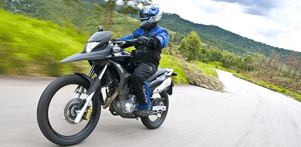 Honda XR 300 E, de uso misto (on e off-road), utiliza pneus grandes, de aro 21 - Divulgação