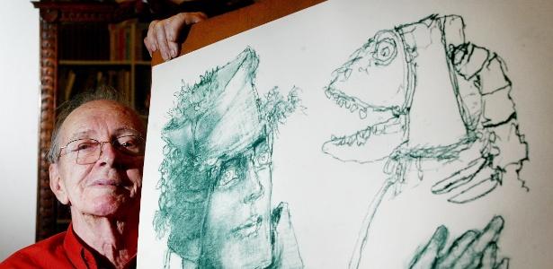 O artista plástico Marcelo Grassman, que morreu aos 88 anos em São Paulo, posa ao lado de uma de suas obras em foto de 2006 - Leonardo Wen / Folhapress
