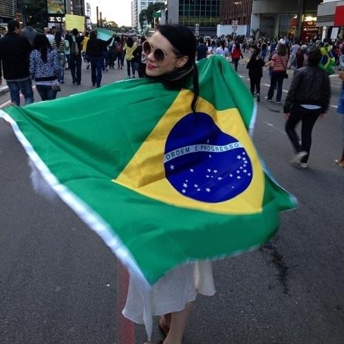 22.jun.2013 - A cantora Kate Nash publicou em seu Instagram foto em que aparece com a bandeira brasileira durante protesto realizado na avenida Paulista, em São Paulo
