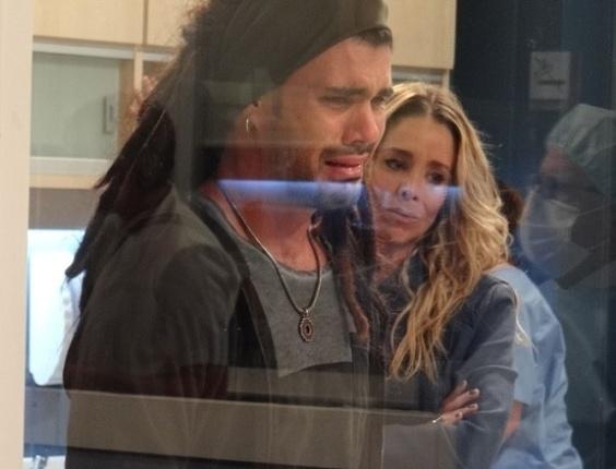 """Em """"Amor à Vida"""", Ninho desconfia que Paulinha é sua filha e chora"""