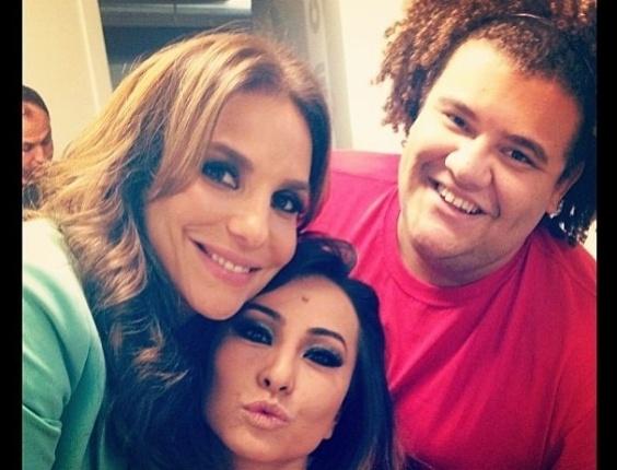 16.jun.2013 - Em uma foto, ele aparece com Ivete Sangalo e Sabrina Sato