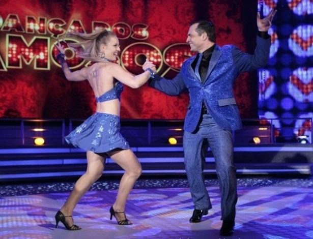 """23.jun.2013 - Daniel Boaventura e Juliana Valcézia dançam """"Eu te darei o céu"""", de Roberto Carlos, no dia de rock na """"Dança dos Famosos"""""""