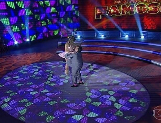 """23.jun.2013 - Tiago Abravanel e Ana Paula Guedes dançam """"Pare o casamento"""", de Wanderléa,  no dia de rock na """"Dança dos Famosos"""""""