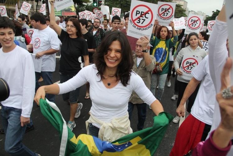 23.jun.2013 - Helena Ranaldi leva a bandeira do Brasil durante manifestação contra a PEC 37 na orla de Copacabana, no Rio de Janeiro