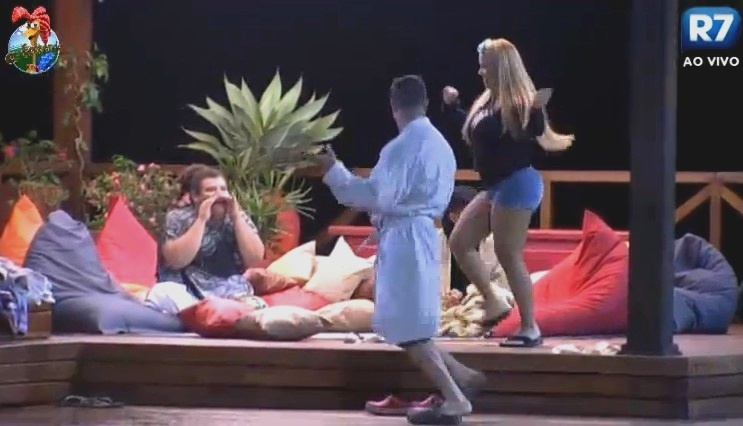 23.jun.2013 - Mulher Filé e Marcos Oliver dançam funk