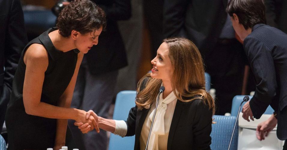 24.jun.2013 - A atriz Angelina Jolie, que é enviada especial do Alto Comissariado da ONU para Refugiados, cumprimenta Najat Vallaud-Belkacem, ministra do direito das mulheres na França, em reunião do Conselho de Segurança