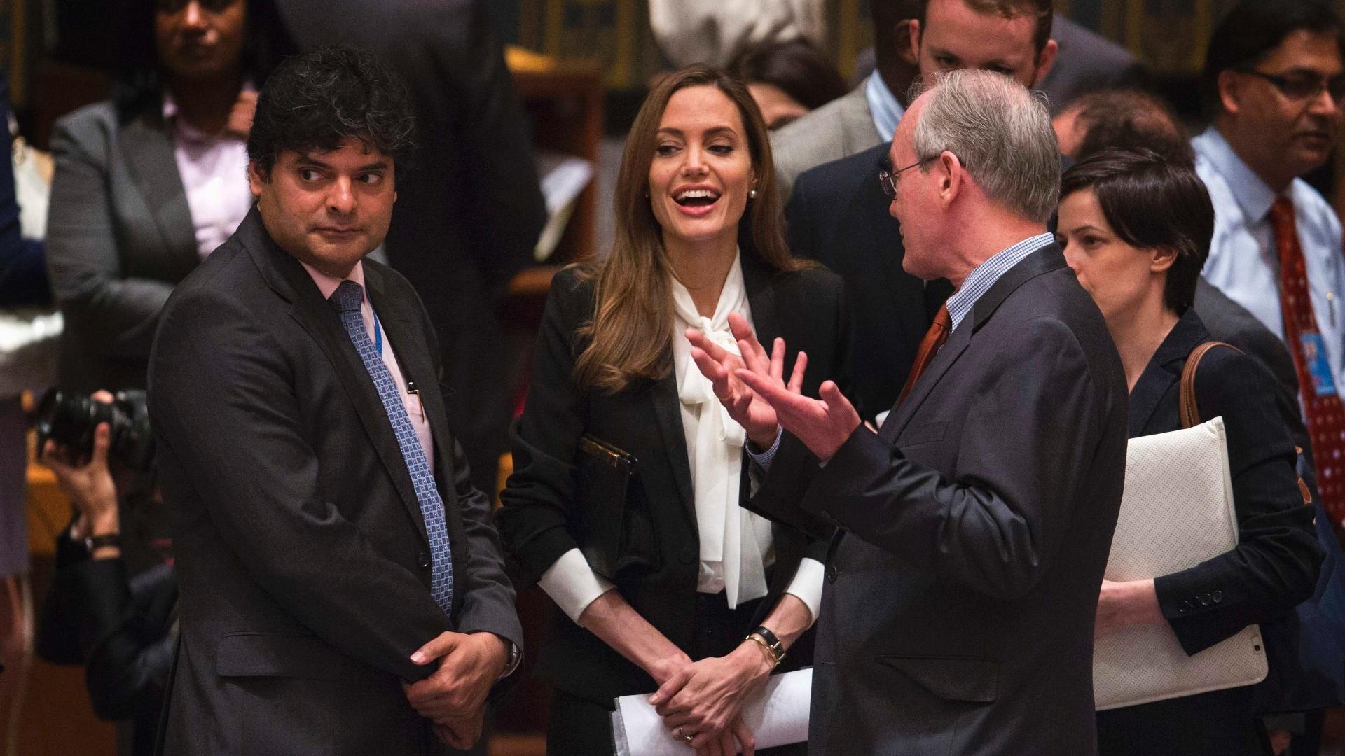 24.jun.2013 - A atriz Angelina Jolie, que é enviada especial do Alto Comissariado da ONU para Refugiados, fala com diplomatas em reunião do Conselho de Segurança