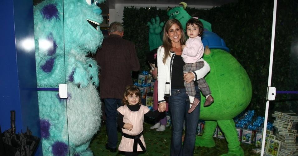 24.jun.2013 - A jornalista Patrícia Maldonado leva as filhas ao aniversário de Pietro, filho de Otávio Mesquita