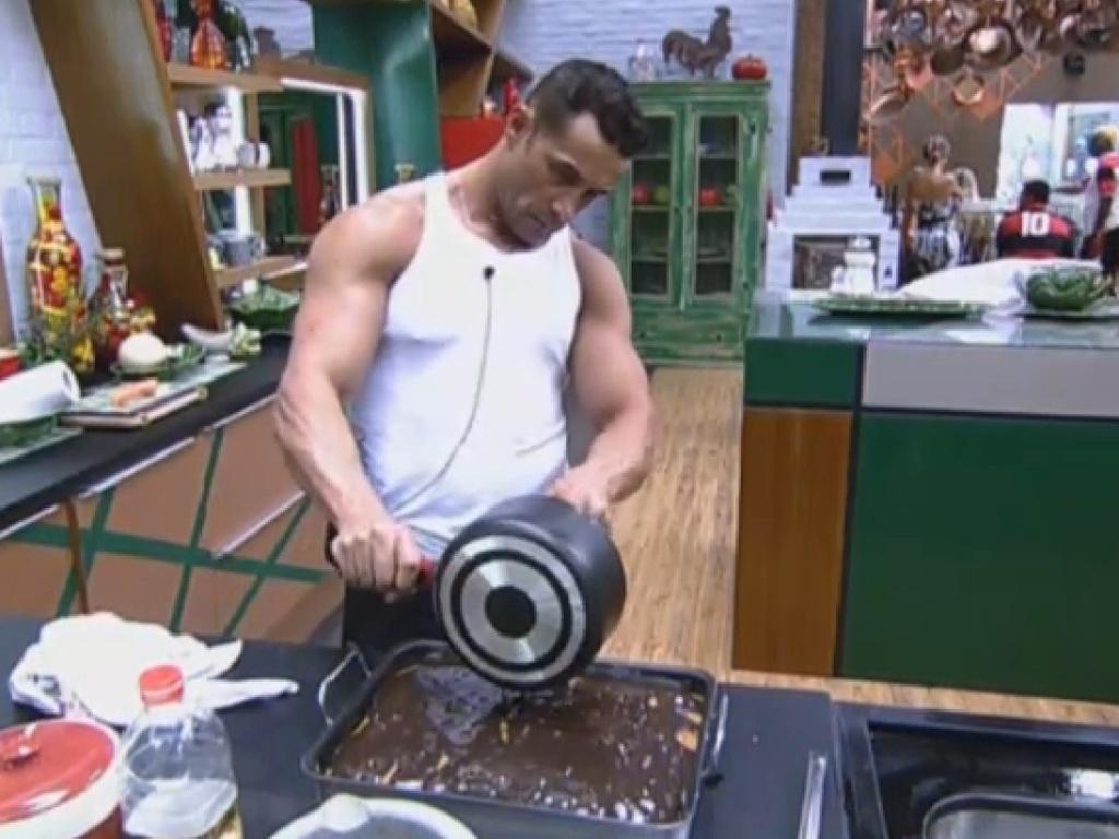 24.jun.2013 - Marcos Oliver faz bolo com cobertura de chocolate