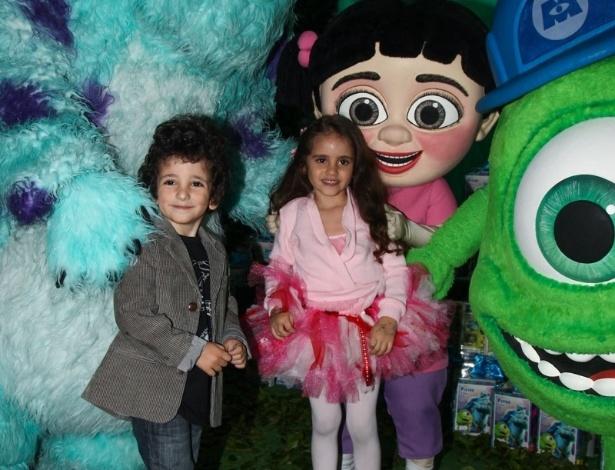 24.jun2013 - Romeo e Donatella, filhos de Marcos Mion, vão aniversário de Pietro, filho de Otávio Mesquita