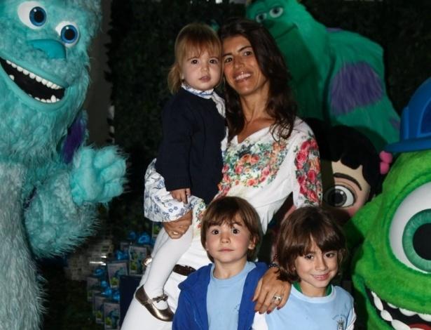 24.jun.2013 - Rossana Fittipaldi leva os filhos ao aniversário de Pietro, filho de Otávio Mesquita