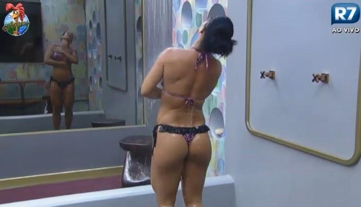 24.jun.2013 - Scheila Carvalho durante banho na