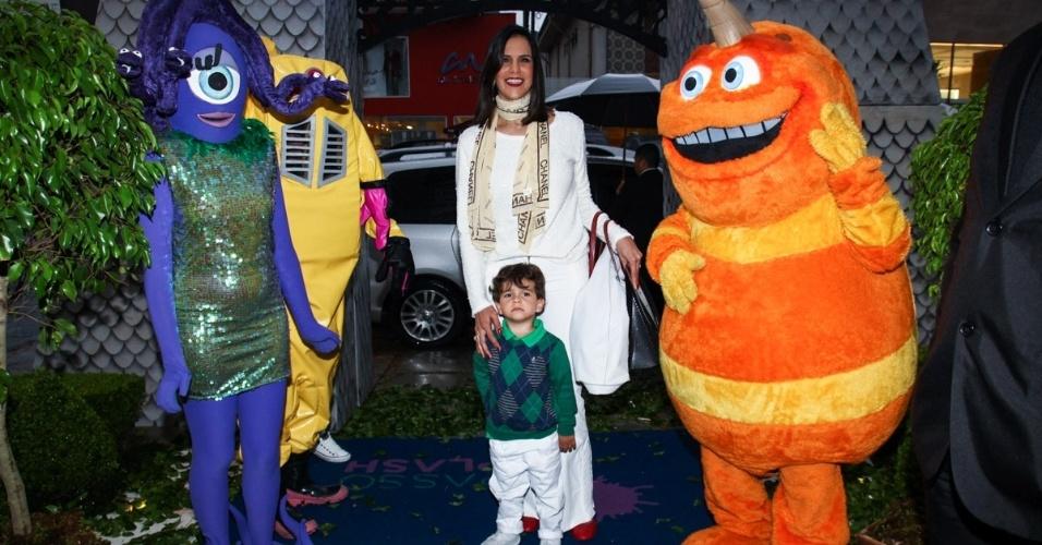 24.jun.2013 - Virna leva o filho Pedro ao aniversário de Pietro, filho de Otávio Mesquita
