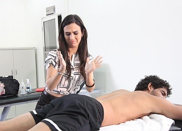 """Em """"Amor à Vida"""", Valdirene deixa Alexandre Pato pelado no vestiário"""