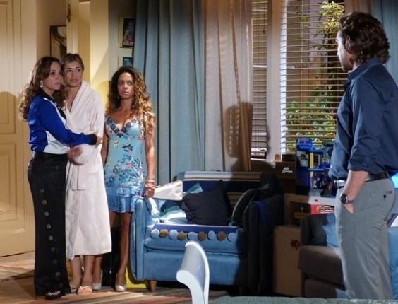 """Em """"Flor do Caribe"""", Alberto tenta agarrar Ester"""
