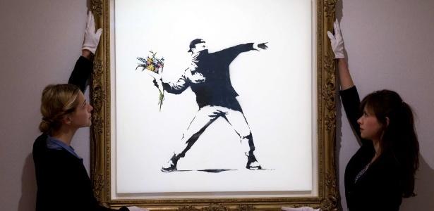 """Quadro """"Love is in the Air"""", do grafiteiro Banksy que foi leiloado pela galeria Bonham, em Londres - AFP PHOTO/JUSTIN TALLIS"""