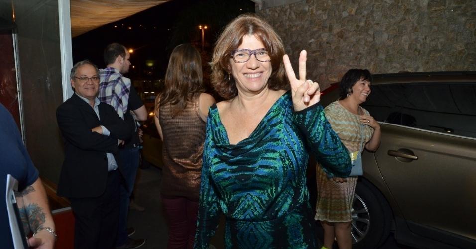 """24.jun.2013 - A diretora Denise Saraceni prestigia a exibição do primeiro capítulo de """"Saramandaia"""" em churrascaria em Botafogo, no Rio de Janeiro"""