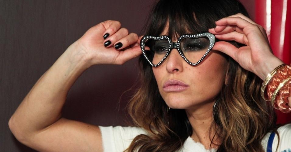 24.jun.2013 - A humorista e modelo Sabrina Sato realiza ensaio fotográfico de sua grife de sapatos e bolsas em um estúdio em São Paulo para a coleção Verão 2014 da marca
