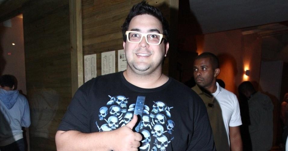 """24.jun.2013 - André Marques na exibição do primeiro capítulo da novela """"Saramandaia""""  em churrascaria em Botafogo, no Rio de Janeiro"""