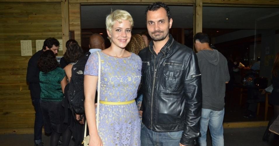 24.jun.2013 - Leandra Leal e o namorado Ale Youssef comparecem à exibição do primeiro capítulo da novela