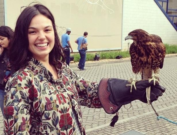 25 jun.2013 - Isis Valverde publica foto no Instagram com um falcão