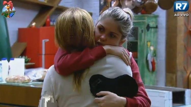 25.jun.2013 - Bárbara Evans abraça Rita Cadillac e diz que acha Mateus Verdelho