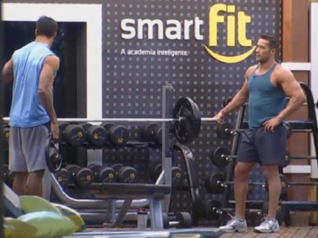 25.jun.2013 - Enquanto isso, Marcos Oliver e Beto Malfacini malham na academia