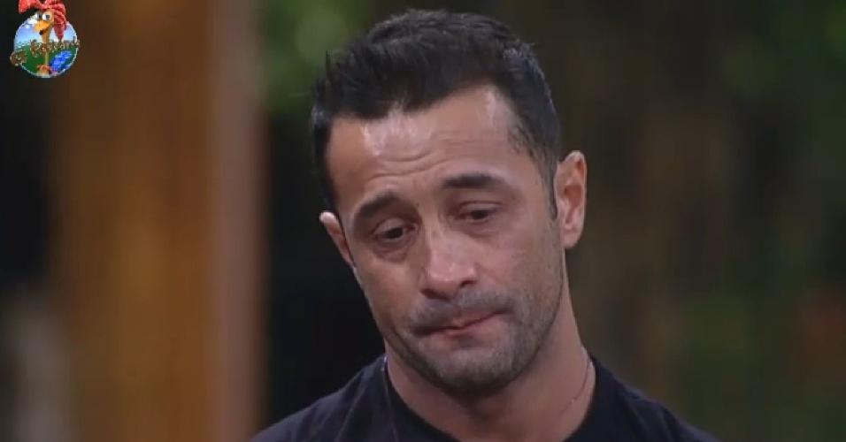 25.jun.2013 - Marcos Oliver chora ao falar da sua família e do filho, Daniel, de 5 anos.